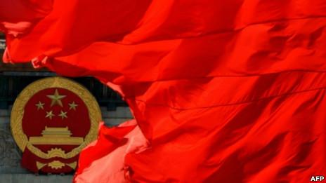 北京人民大会堂前的中国国徽和红旗(13/11/2012)
