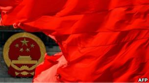 天安门广场的红旗和国徽