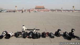 北京天安门广场上摄影记者们留下一列照相机镜头(13/3/2012)