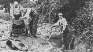 Charles Dawson, a la izquierda