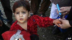 Niño es vacunado contra la polio en Pakistán