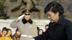 Tổng thống Hàn Quốc thăm mộ cha