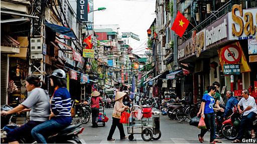 Người bán hàng rong đẩy xe trên phố ở Hà Nội hôm 14/9/2012