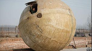 O agricultor Liu Qiyan mostra uma das esferas de sobrevivência (AFP)