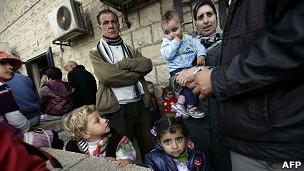 Palestinos que salieron del campamento de Yarmouk por el conflicto sirio