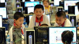 Niños con computadoras. Archivo