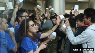 Empleados en una tienda de Apple en China