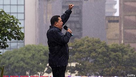 Hugo Chávez habla con la multitud bajo la lluvia.
