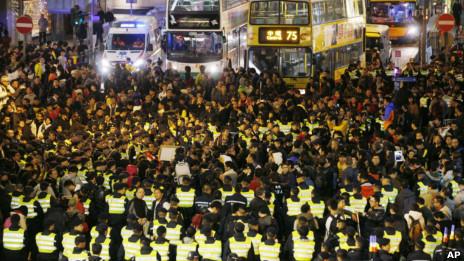 香港警察与反政府示威者在中环主干道上对峙(1/1/2013)