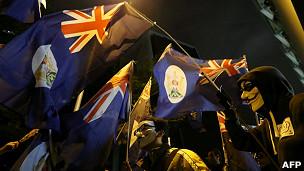 带着面具的反政府示威者手持港英时代旗帜游行(1/1/2013)
