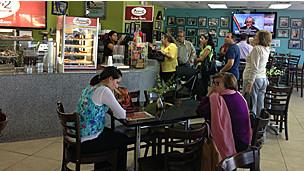 Espera en el restaurante venezolano El Arepazo 2, en Doral