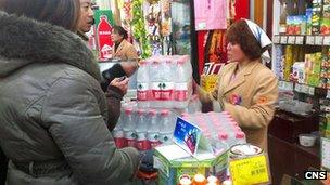 河北邯郸市民在超市抢购矿泉水(中新社图片5/1/2013)