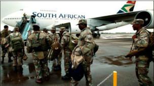 Wanajeshi wa Afrika Kusini wakipanda ndege nje ya Pretoria