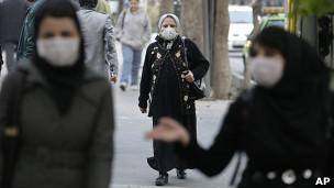 Mujeres cubiertas por tapabocas en Teherán