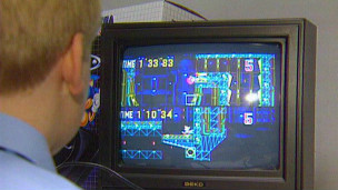 Homem joga game online (BBC)