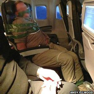 Pasajero atado en un avión