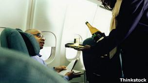 Sirven alcohol a pasajero