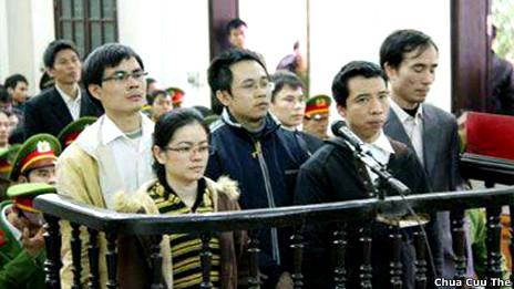 Hình ảnh tại phiên tòa (ảnh của website Chúa Cứu Thế)