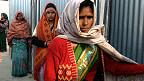कुंभ में शौचालय के बाहर इंतजार करती महिलाएं