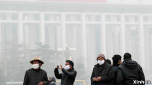 严重污染下天安门广场的游客戴上了口罩