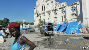 Barracas próximas a catedral haitiana destruída pelo terremoto, em foto de janeiro de 2013 (AFP)