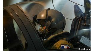 Piloto de caça francês se prepara para missão no Mali (foto: Reuters)