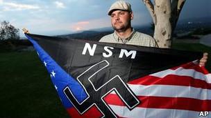 Jeff Hall con la bandera del NSM