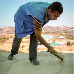 Estudiante de arqueología limpia horno antiguo