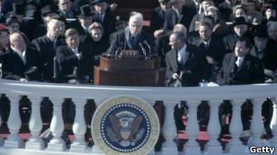 El poeta laureado Robert Frost leyó sus versos en la inauguración de John F. Kennedy.