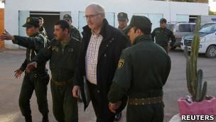 Cảnh sát  Algeria hộ tống con tin ra khỏi nơi bị bao vây