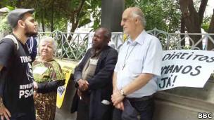 Padre Julio Lancellotti (à dir) fala com ativistas