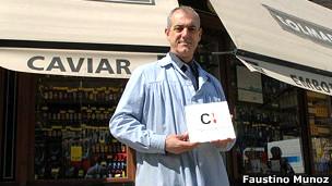 Faustino Muñoz frente a la tienda Colmado Quilez, en Barcelona, España.