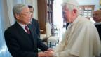 Giáo hoàng Benedict XVI (phải) và Tổng bí thư Nguyễn Phú Trọng
