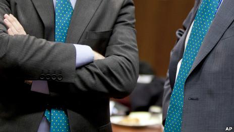 Dos individuos sin identificar durante la reunión de los ministros de finanzas de la UE en Bruselas