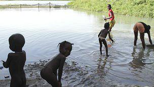 Bañistas en el río Senegal