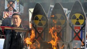 韩国首尔街头抗议朝鲜威胁发展核武器的示威(12/12/2012)