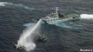 日本公务船向台湾渔船射水炮