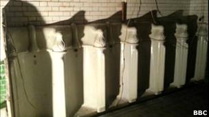 Orinales de un antiguo baño público en Londres.