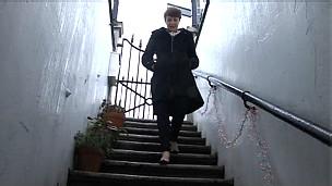Laura Jane Clark bajando las escaleras, a su nuevo hogar.