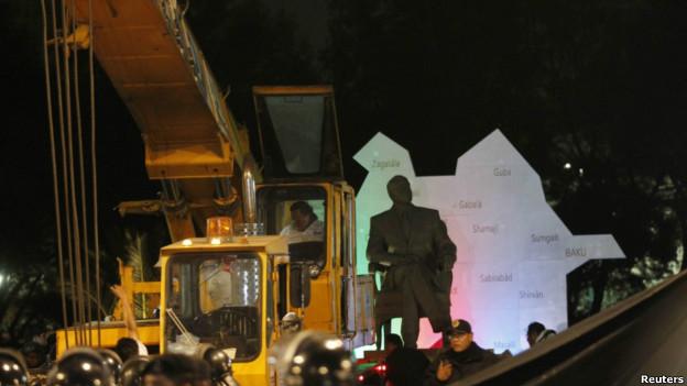 Retiro de la estatua de Aliyev