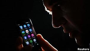 Hombre con teléfono inteligente
