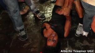 Imagem de internauta mostra vítima sendo atendida na boate de Santa Maria