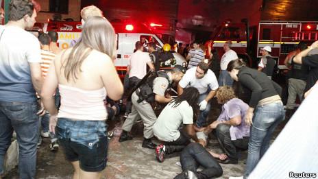 Пожарные у клуба в Бразилии