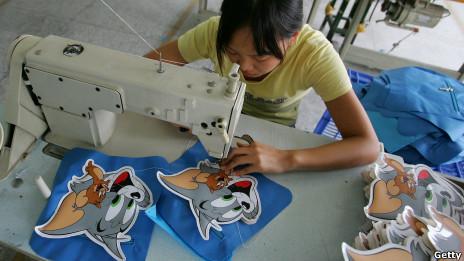 Una trabajadora en una fábrica de Guangzhou en China
