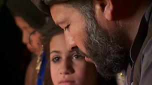 Taj Mohammad e a filha Nahrma (BBC)