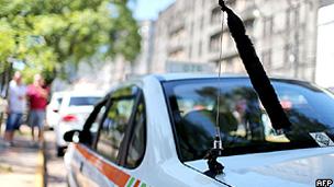 Fita preta em sinal de luto em táxi de Santa Maria (AFP/Getty)