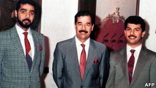 Saddam Hussein, en el centro, y sus hijos