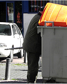 Hombre buscando en un basurero