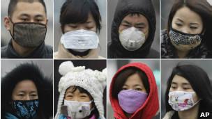 Transeúntes chinos muestran sus mascarillas anti-polución
