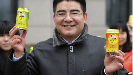 Chen Guangbiao reparte aire limpio en las calles de Pekín